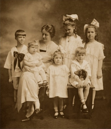 Drueke children with their mother, 1918